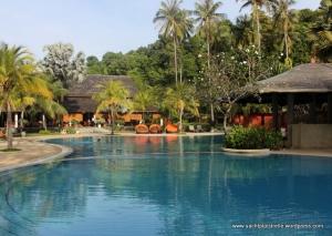 Pool with swim-up bar!