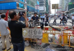 Barricades, police, onlookers ... all peaceful